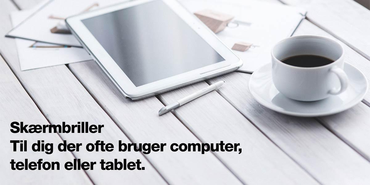 tablet kaffekop på hvidt bord