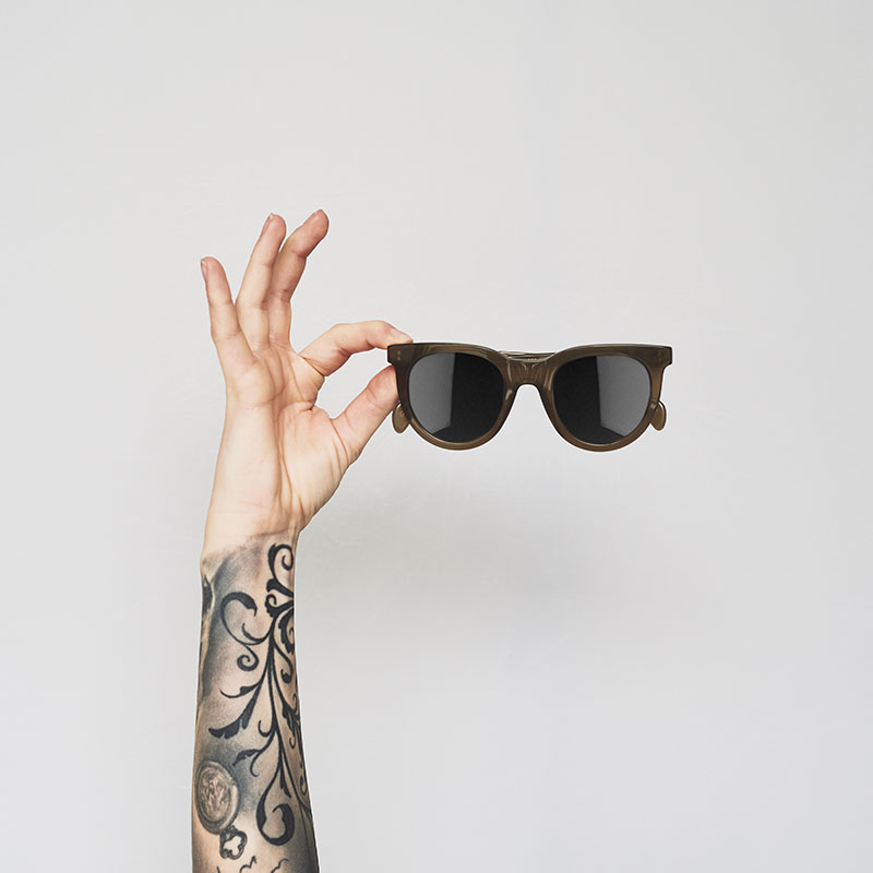 polariseret solbrille grøn holdes af hånd